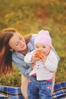 famiglia felice, mamma e figlia adorabile. foto