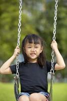 giovane ragazza asiatica che gioca felicemente nel parco