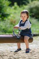 piccola bambina carina divertirsi nel parco, estate foto