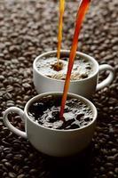 versando il caffè foto