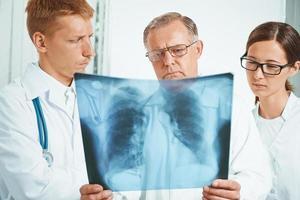 i medici esaminano l'immagine dei raggi x in clinica foto