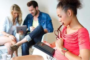 giovane donna d'affari utilizzando il suo tablet. foto