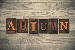 tema di legno dello scritto tipografico di autunno foto