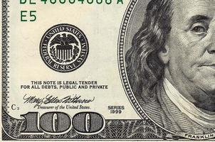 una pila di cento banconote in dollari primo piano foto