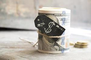 rotolo di dollari e monete foto