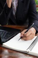 donna di affari che analizza i grafici di investimento con il computer portatile. Accountin foto