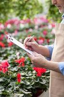 fiorista professionista anziano in corso di lavoro foto
