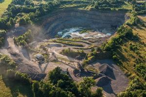 vista aerea della linea di lavorazione della pietra di cava foto