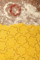 il processo di produzione di biscotti natalizi fatti in casa foto