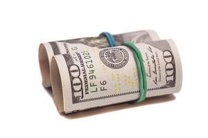 rotolo delle banconote del dollaro isolato su fondo bianco foto