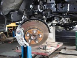 ruota e disco rotto nel processo di manutenzione foto