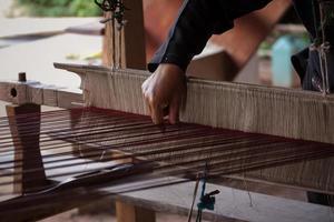 processo di tessitura della seta tailandese
