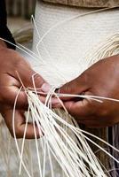 processo manuale di tessitura del cappello