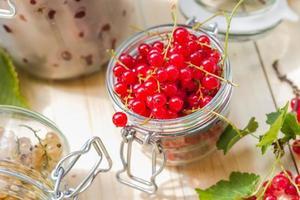 preparazione prodotti trasformati freschi colorati vasetti di frutta estiva foto