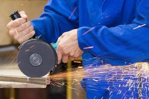 taglio di tubi metallici mediante processo di smerigliatura foto