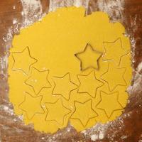 processo di produzione di biscotti natalizi fatti in casa