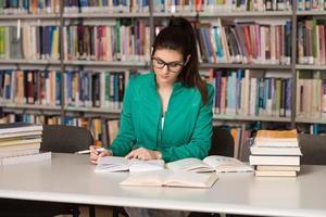 giovane studente che studia al college foto