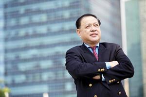 uomo d'affari asiatico in completo ritratto quartiere degli affari centrale foto