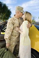 donna che bacia soldato in auto foto