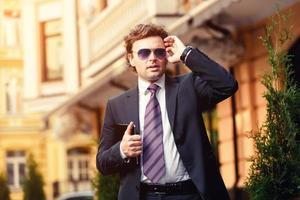 uomo d'affari maturo bello all'aperto foto