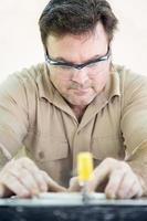 taglio di piastrelle di ceramica foto