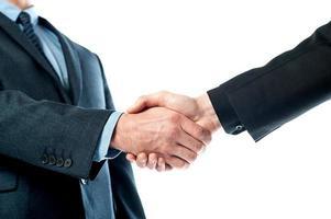 primo piano di uomini d'affari si stringono la mano