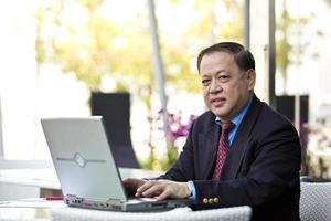 uomo d'affari asiatico con laptop pc foto
