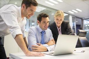 squadra di affari di tre persone in ufficio e lavori di pianificazione foto