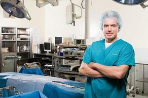 chirurgo in sala operatoria foto