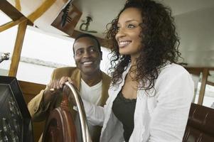 coppia al volante dello yacht