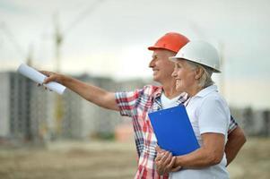 coppia senior in costruzione foto