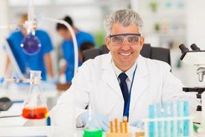 scienziato senior che lavora in laboratorio foto