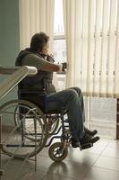 uomo su sedia a rotelle