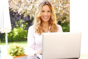 donna di affari maturi con il computer portatile foto