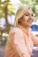 attraente donna sorridente nel parco foto
