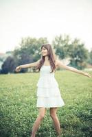 bella giovane donna con abito bianco foto