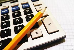 calcolatrice, matita, blocco per appunti foto