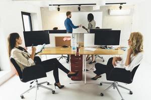 uomini d'affari seduti in ufficio e apprendere nuove tecnologie foto