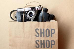 concetto di tecnologia dello shopping - macchina fotografica e binocolo foto