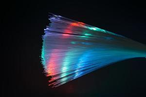 fibre dinamiche che volano dal profondo sullo sfondo della tecnologia foto