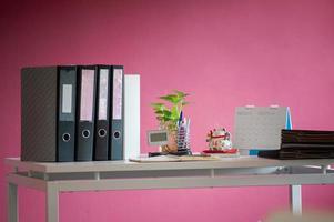 scrivania sul posto di lavoro con luce soffusa foto