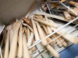 spatole di legno sullo scaffale nel negozio di utlensil foto