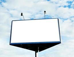 grande cartellone bianco nel cielo nuvoloso blu foto