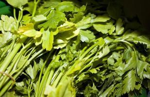 primo piano delle foglie fresche del prezzemolo in supermercato foto