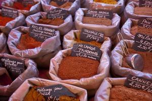 varietà di ingredienti in mostra nel negozio foto
