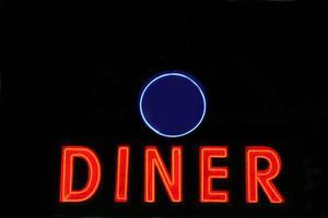 segno di cena al neon rosso di notte