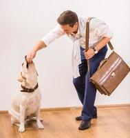uomo d'affari con il cane foto