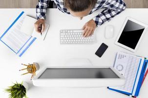 imprenditrice che lavora al computer foto
