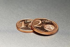 3 centesimi di euro su una tavola di lega lucida foto
