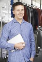 uomo d'affari in esecuzione on line business della moda con tavoletta digitale foto